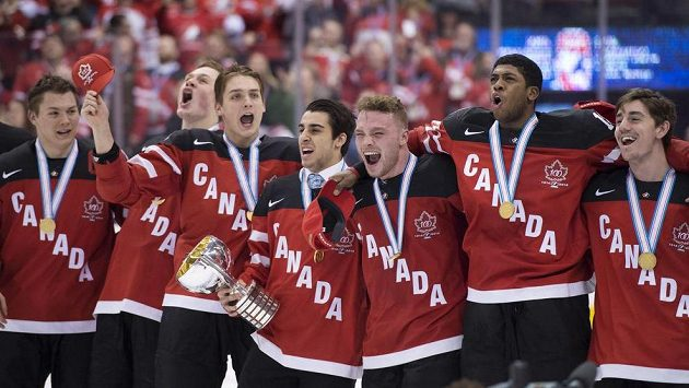 Hokejisté Kanady slaví zlaté medaile, které vybojovali na domácím MS hráčů do dvaceti let.