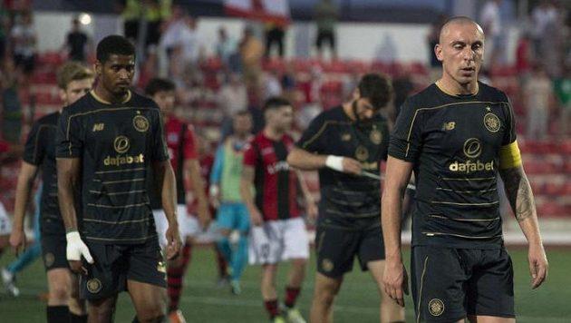 Zklamaní fotbalisté Celtiku Glasgow po porážce s gibraltarským outsiderem.
