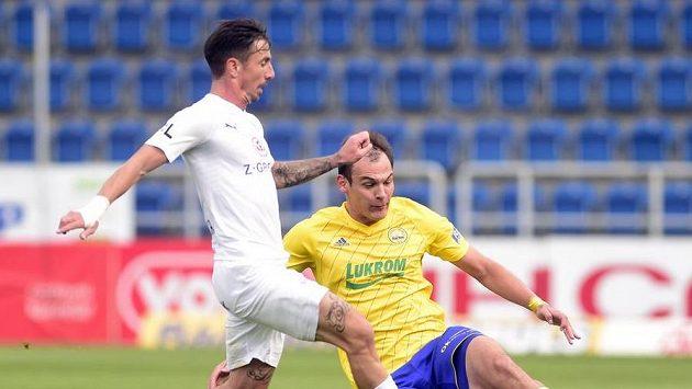 Zleva Milan Petržela ze Slovácka v souboji o míč s Oleksandrem Azackijem ze Zlína.
