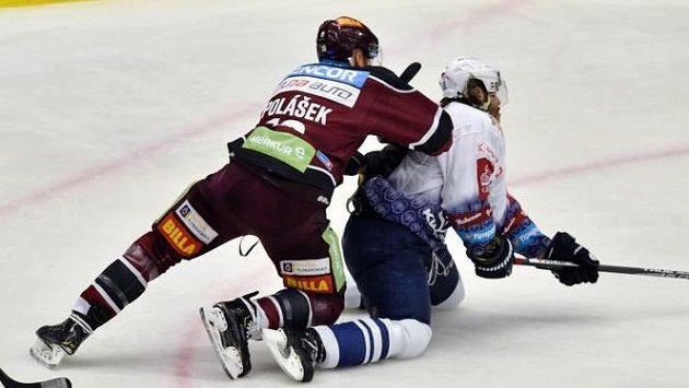 Obránce Sparty Adam Polášek (vlevo) atakuje Jaromíra Jágra z Kladna, který se v tento moment zranil.