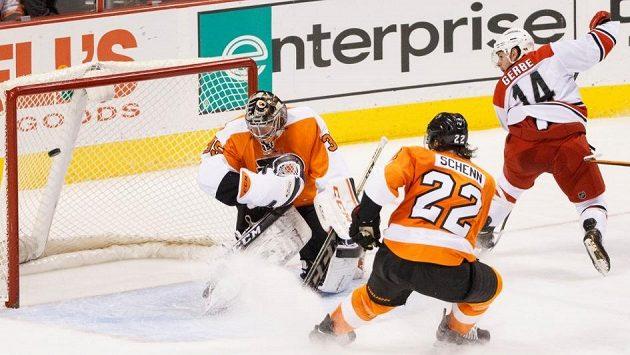Nathan Gerbe z Caroliny se raduje poté, co vydařenou fintou oklamal gólmana Flyers Steva Masona. Obránce Luke Schenn už jen přihlížel.