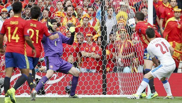 Rozhodující okamžik zápasu. Míč z hlavy Gerarda Piquého (druhý zprava) míří do české sítě. Brankář Petr Čech už zasáhnout nestačil.