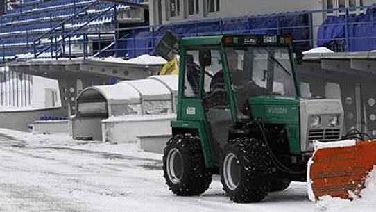 Kladenští pořadatelé chystají hřiště na zápas proti Bohemians s pomocí traktorů.