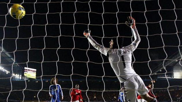 Brankář Chelsea Petr Čech inkasuje gól od Javiera Hernándeze, Manchester United tak nakonec uhrál remízu 3:3.