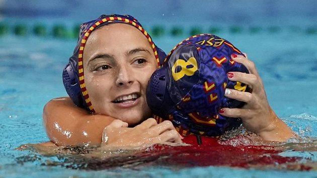 Španělské vodní pólistky Roser Aymerichová a Pili Penaová oslavují po výhře Jihoafrickou republikou na olympijských hrách v Tokiu.