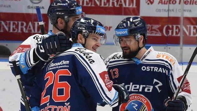 Hokejisté Vítkovic zleva Roman Szturc, David Květoň a Marek Hrbas se radují z gólu.