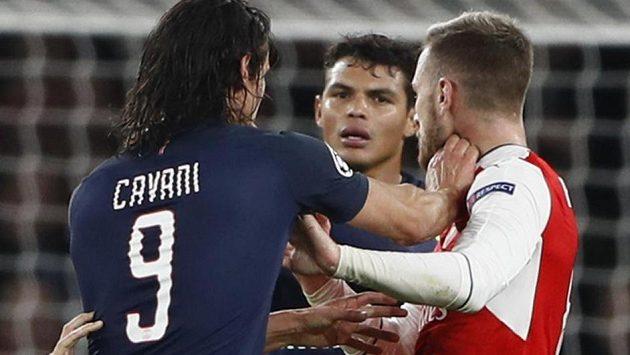 Útočník Edinson Cavani v potyčce s Aaronem Ramseym z Arsenalu. V pozadí přihlíží další hráč PSG Thiago Silva.