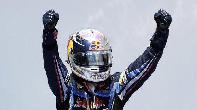 Sebastian Vettel se raduje z vítězství ve Valencii.