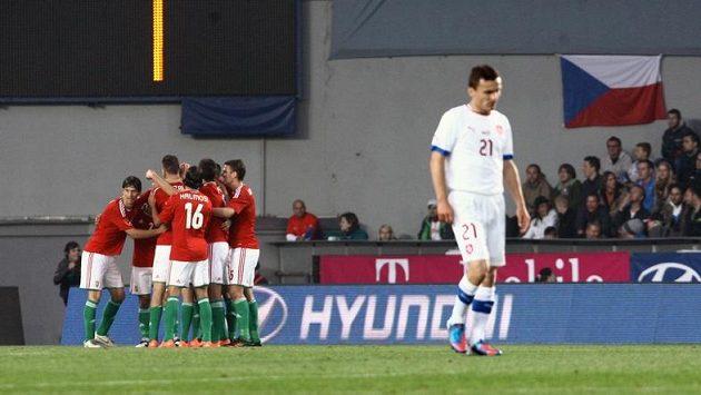 Fotbalisté Maďarska se radují z branky, kterou vstřelili na Letné
