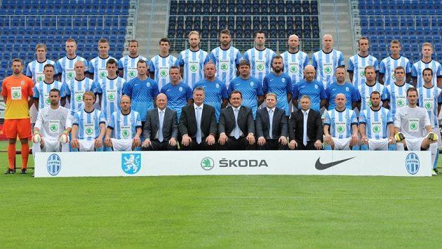 Fotbalisté Mladé Boleslavi s realizačním týmem před začátkem nové sezóny.