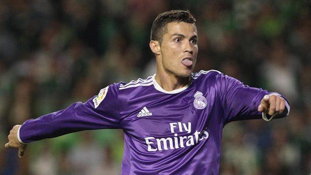 Cristiano Ronaldo slaví svoji trefu do sítě Betisu Sevilla.