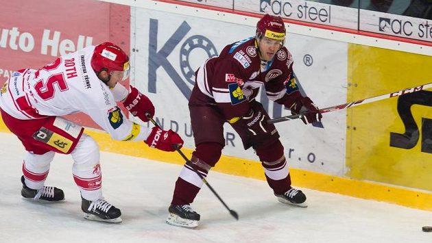 Vladimír Roth z Třince (vlevo) v souboji s Lukášem Pechem ze Sparty.