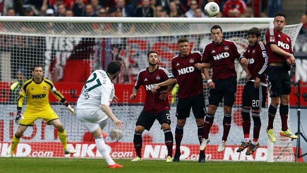 Leverkusenský Castro zahrává přímý kop proti zdi Norimberku.