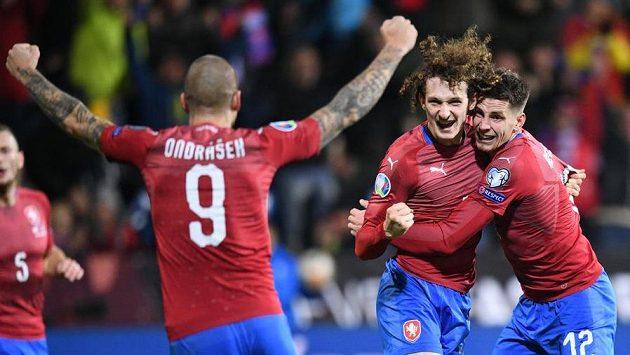 Alx Král (uprostřed) poté, co dal vyrovnávací gól českého týmu proti Kosovu. Vlevo Zdeněk Ondrášek, vprávo Lukáš Masopust.