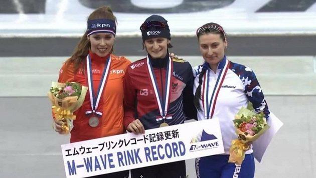Martina Sáblíková (uprostřed) po triumfu na 3000 m při SP v Naganu. Vlevo stříbrná Antoinette de Jongová z Nizozemska, vpravo bronzová Ruska Anna Jurakovová.