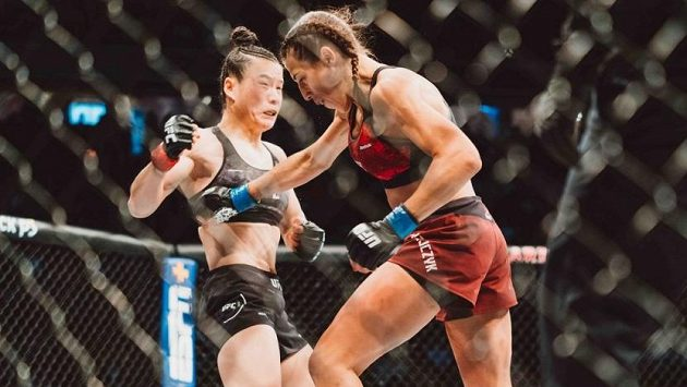 Čínská šampionka Čang Wej-li s Joannou Jedrzejczykovou z Polska předvedly zápas, který se zapsal do historie MMA.