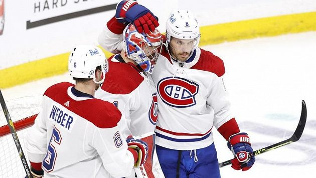Z úvodní výhry Montrealu ve 2. kole play off NHL se radují (zleva) Shea Weber, brankář Carey Price a obránce Ben Chiarot.