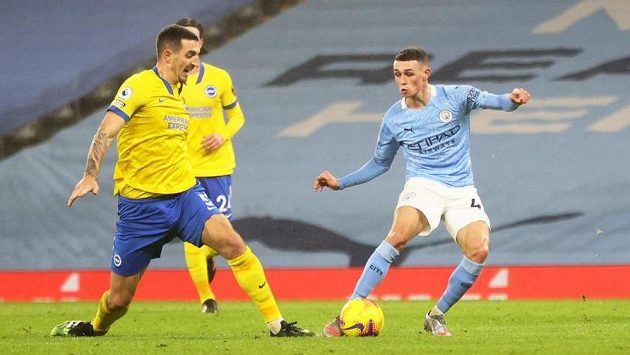 Phil Foden (vpravo) z Manchesteru City překonává obranu Brightonu.