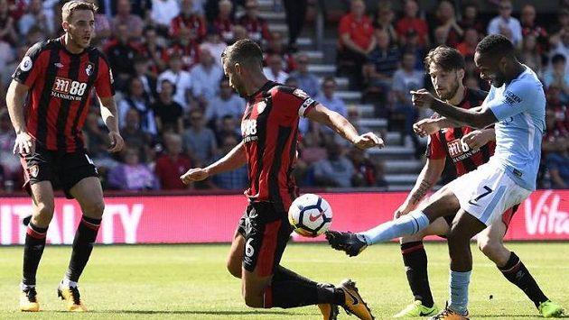 Záložník Manchesteru City Raheem Sterling střílí rozhodující branku proti Bournemouthu.