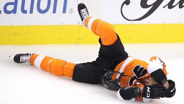 Český útočník Philadelphie Jakub Voráček se v bolestech svíjí na ledě po zásahu hokejkou do obličeje od krajana a zadáka Washingtonu Michala Kempného.
