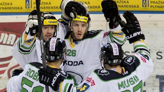 Hráči Mladé Boleslavi se radují z gólu Martina Látala (uprostřed).
