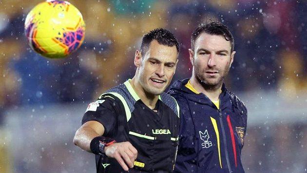 Rozhodčí Maurizio Mariani a Fabio Lucioni z Lecce při inspekci hřiště před utkáním italské ligy proti Cagliari.