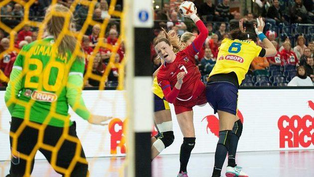 Helena Ryšánková (uprostřed s míčem) střílí na rumunskou branku.