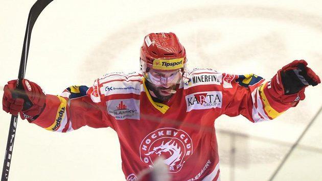 Zbyněk Irgl z Třince, hrdina pátého semifinále play off proti Spartě.