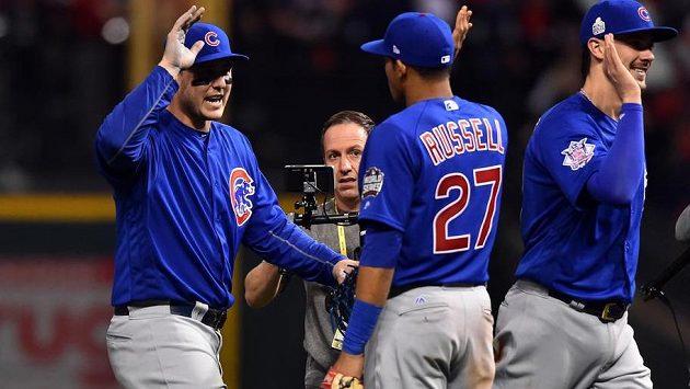 Dobrá práce, chlapci, jako by si říkali basebalisté Chicaga Cubs (zleva) Anthony Rizzo, Addison Russell a Kris Bryant po úterní výhře nad Clevelandem.