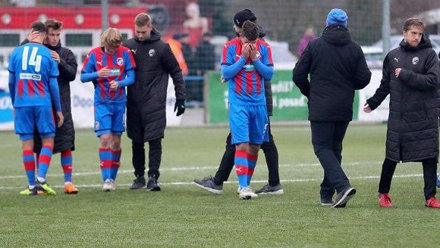 Zklamaní mladí fotbalisté Plzně po prohře s AS Řím.