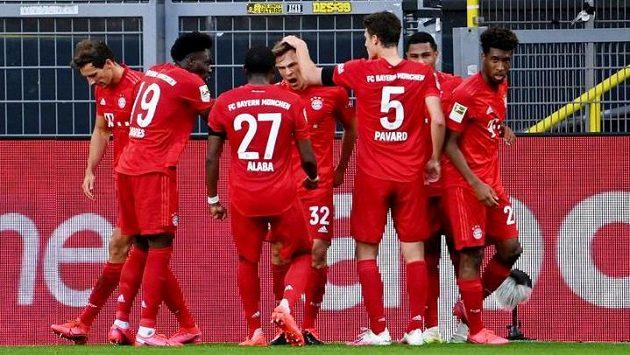 Radost Bayernu. V klubku spoluhráčů Joshua Kimmich (32), který dal rozhodující branku proti Dortmundu.