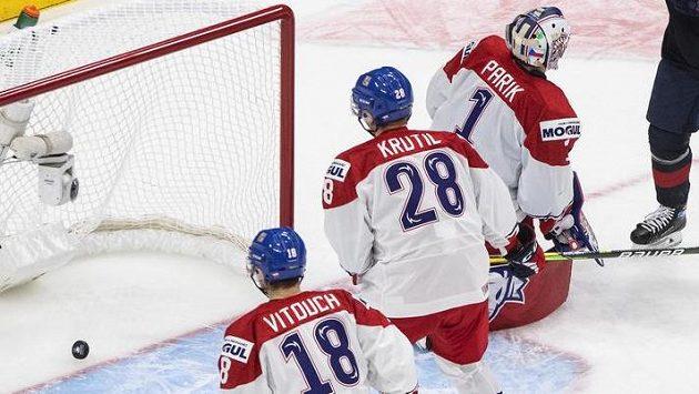 Gólman české dvacítky Lukáš Pařík inkasuje gól od Američanů, David Vitouch s Michaelem Krutilem jen bezmocně přihlížejí.