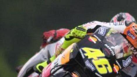 Ital Valentino Rossi na stroji Honda při první tréninkové jízdě třídy MotoGP