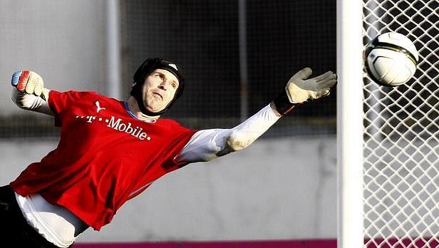 Brankář národního týmu Petr Čech během tréninku.