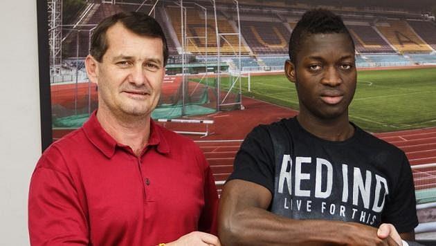 Zleva sportovní ředitel Dukly Günter Bittengel a Mohamed Doumbia.