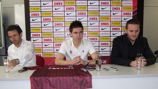 Zleva hráčův manažer Viktor Kolář, fotbalista Tomáš Přikryl a Jakub Otava, člen představenstva Sparty.