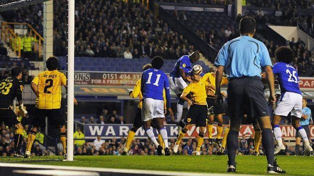 Brankový asistent bedlivě sleduje souboj v šestnáctce při utkání Evertonu s AEK Atény.