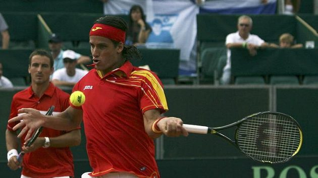 Španělští tenisté Feliciano Lopez (vpravo) a Tommy Robredo během semifinále Davisova poháru