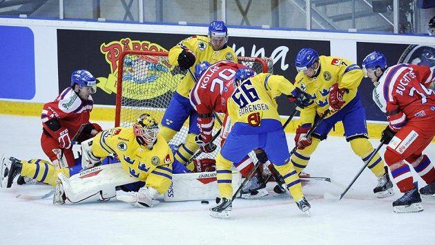 Závar před švédskou brankou při přípravě s Čechy: útočník Jan Kolář (29) zkouší překonat Joela Lassinanttiho při utkání v Umee.