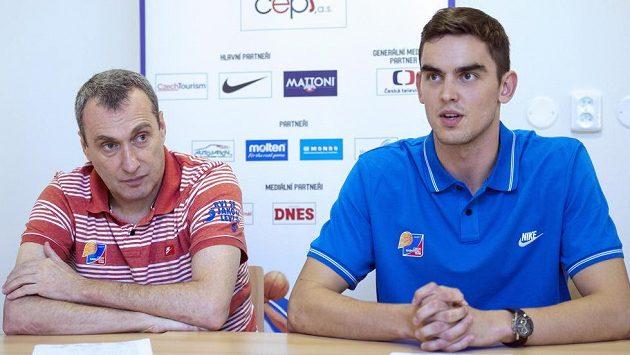 Trenér české basketbalové reprezentace mužů Ronen Ginzburg (vlevo) a jeden z klíčových hráčů mužstva Tomáš Satoranský.