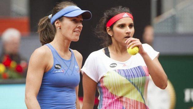 Společné dny deblové dvojice Martina Hingisová (vlevo), Sania Mirzaová jsou u konce.
