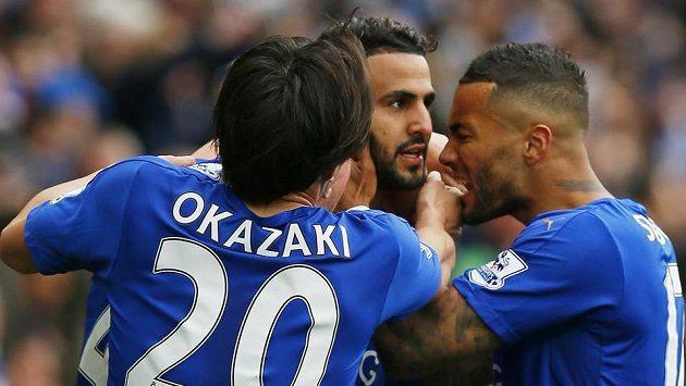 Rijád Mahríz oslavuje branku do sítě Swansea s Shinji Okazakim a Danny Simpsonem.