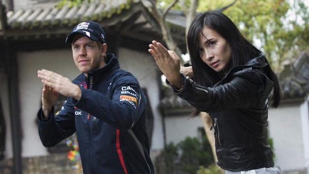 Sebastian Vettel a herečka Celina Jadeová při lekci kung-fu ve studiu poblíž Šanghaje.