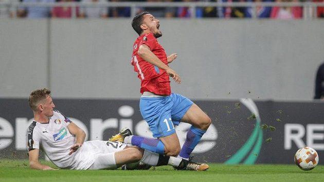 Inkriminovaný moment před prvním gólem FCSB. Po skluzu Tomáše Hájka rumunský útočník Constantin Budescu upadl a pískala se penalta.