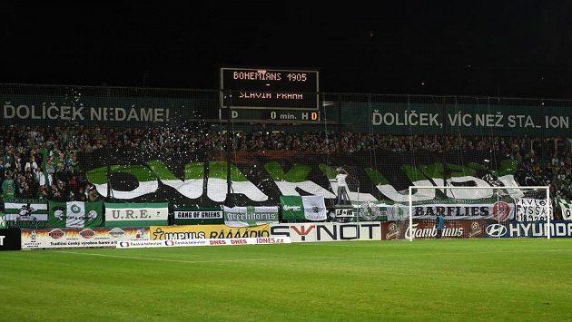 Fanoušci Bohemians 1905 s transparentem na podporu záchrany Ďolíčku během malého pražského derby se Slavií.