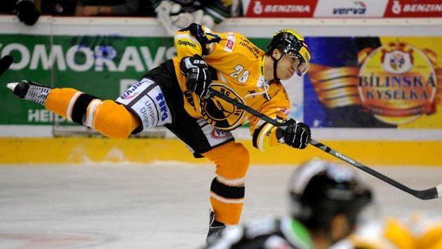 Litvínovský hráč Karel Kubát střílí na mladoboleslavskou branku.