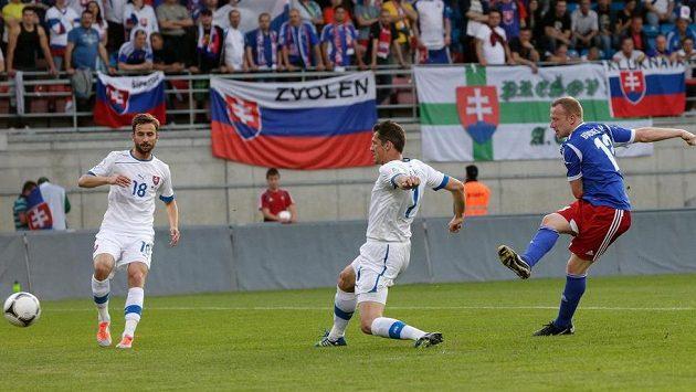 Martin Büchel z Lichtenštejnska (vpravo) střílí gól. Zabránit mu nedokázalo ani slovenské duo Marián Čišovský a Dušan Švento (18).
