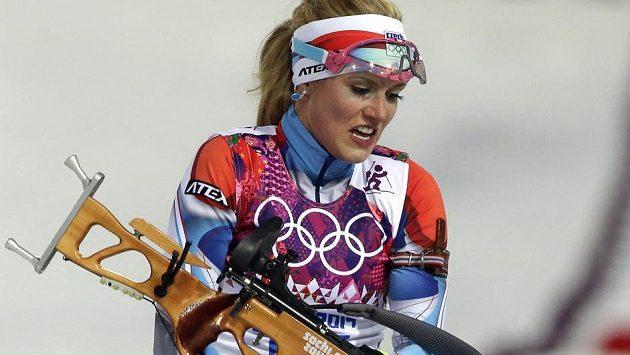 Gabriela Soukalová se připravuje na střelnici v olympijském závodu ve sprintu na 7,5 km.