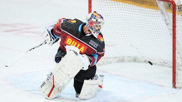 Brankář Sparty Praha Alexander Salák sleduje střelu libereckých hokejistů během utkání semifinále play off Tipsport extraligy.