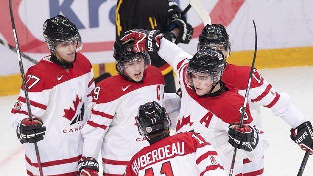 Kapitán kanadské dvacítky Ryan Nugent-Hopkins (uprostřed) oslavuje vstřelený gól v utkání s Německem.